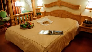 1 dormitorio, edredones de plumas, escritorio