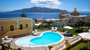 Piscina stagionale all'aperto, una piscina a sfioro, lettini