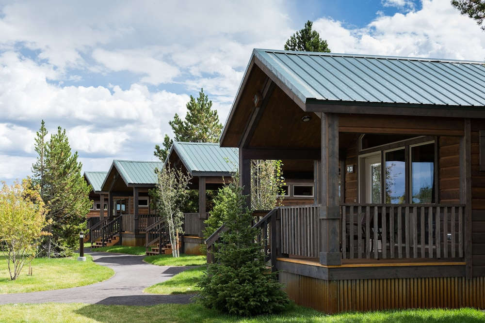 Book explorer cabins at yellowstone west yellowstone for Yellowstone cabins west yellowstone