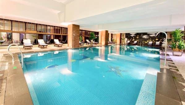 Hồ bơi trong nhà, dù/ô trên bãi biển/hồ bơi, ghế dài tắm nắng