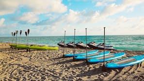 Ubicación cercana a la playa, tumbonas y toallas de playa
