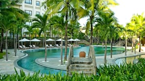 3 개의 야외 수영장, 06:00 ~ 18:00 오픈, 수영장 파라솔, 일광욕 의자