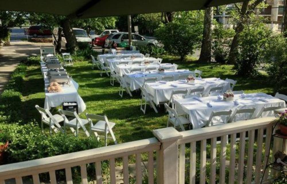 Outdoor Dining, Walnut Street Inn