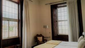 Minibar, decoración individual, escritorio y cortinas opacas