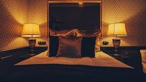 Sengetøy av topp kvalitet, minibar og safe på rommet