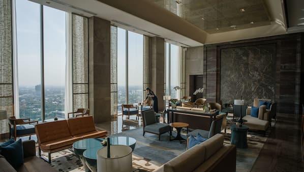 Lobby lounge, al fresco dining, open daily