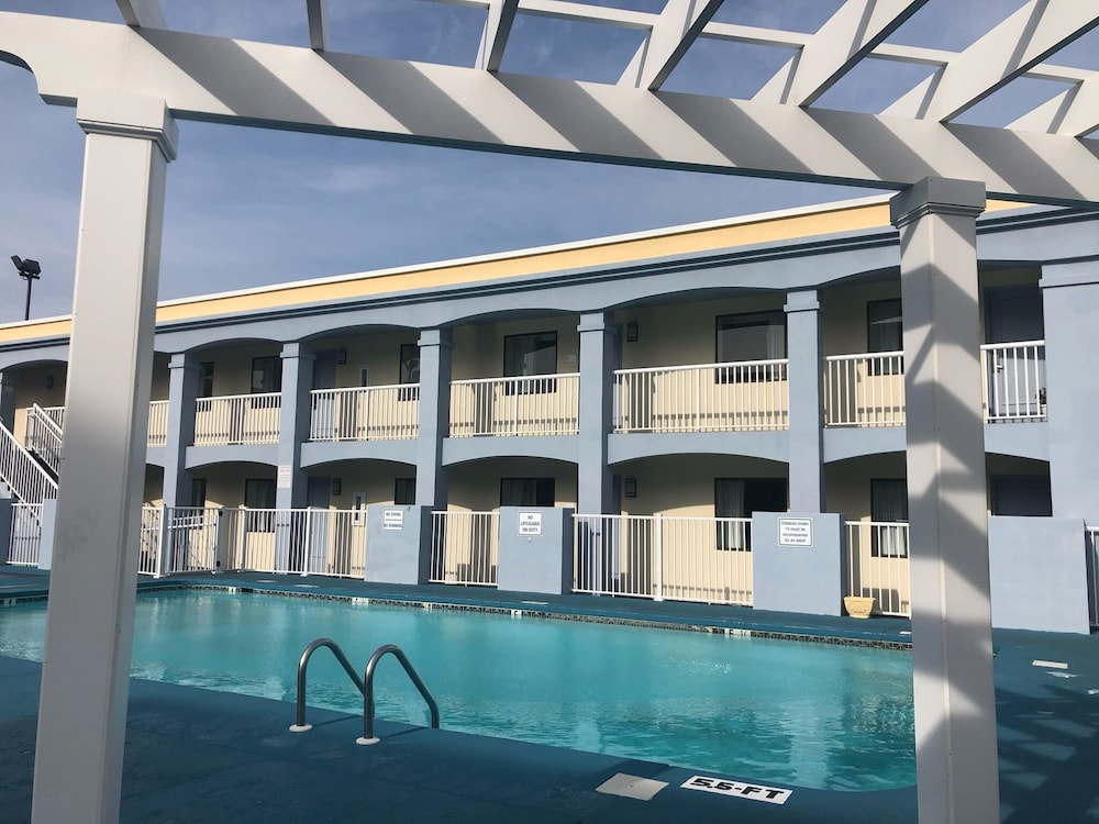 Outdoor Pool, Ramada Plaza by Wyndham Virginia Beach