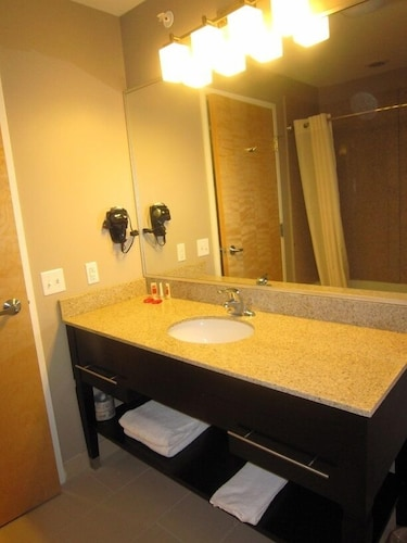 Bathroom Sink, Red Carpet Inn And Suites Monmouth Jtc
