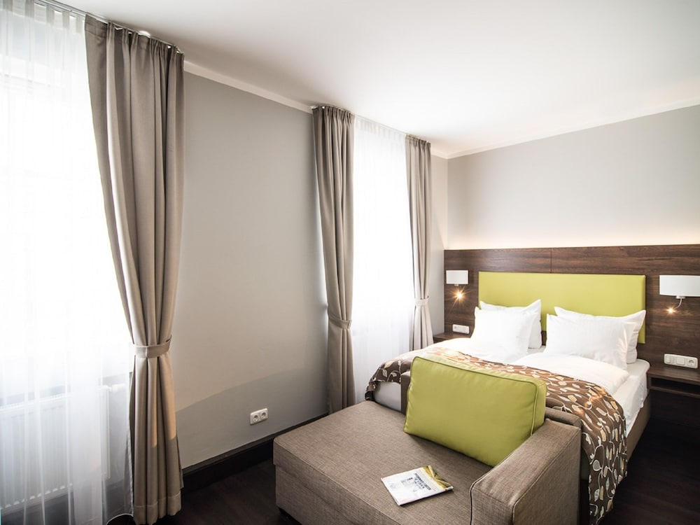 batu apart hotel munich room prices reviews travelocity. Black Bedroom Furniture Sets. Home Design Ideas