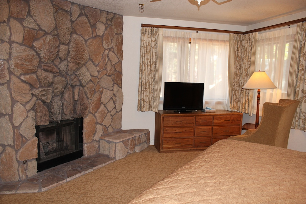 Living Area, Getaways at Snow Lake Lodge