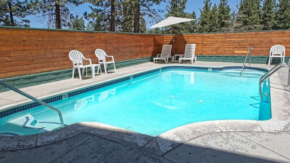 Outdoor Pool, Getaways at Snow Lake Lodge