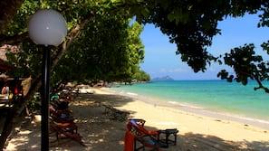 Plage privée, chaises longues, massages sur la plage, snorkeling