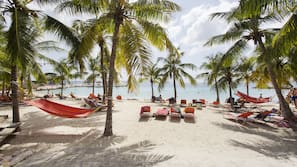 Vlak bij het strand, ligstoelen aan het strand, strandlakens