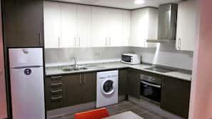Frigorífico, microondas, horno y utensilios de cocina