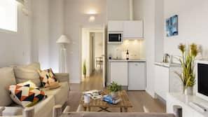 Grand réfrigérateur, micro-ondes, cafetière/bouilloire