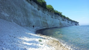 Rannalla, valkoista hiekkaa