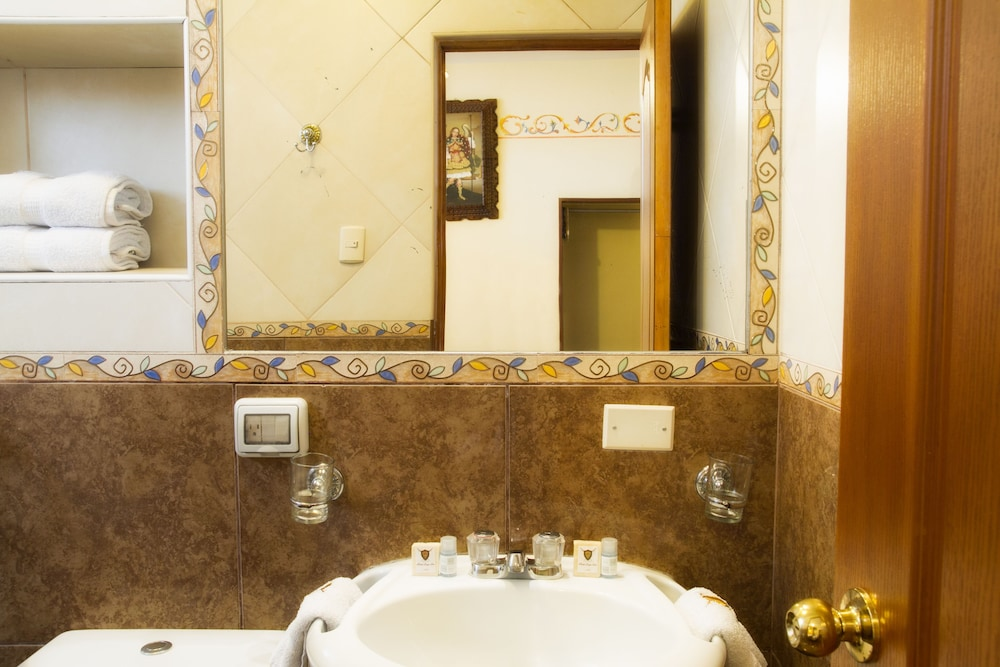 Bathroom, Hotel Rojas Inn