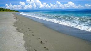 Ubicación a pie de playa, cabañas de uso gratuito y tumbonas