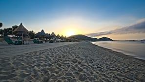 Spiaggia privata, lettini da mare, ombrelloni, windsurf