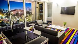 2 bedrooms, premium bedding, in-room safe, desk