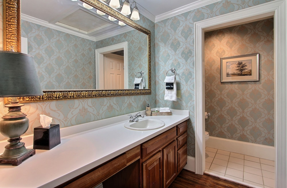 Bathroom, Oglethorpe Lodge