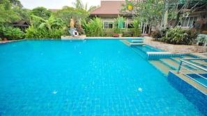 실내 수영장, 2 개의 야외 수영장, 수영장 파라솔