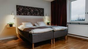 Tallelokero huoneessa, työpöytä, silitysrauta/-lauta, lisävuoteet