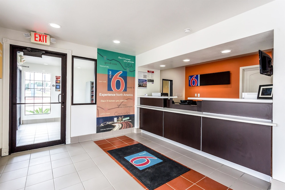 Interior Entrance, Motel 6 Bryan, TX - College Station