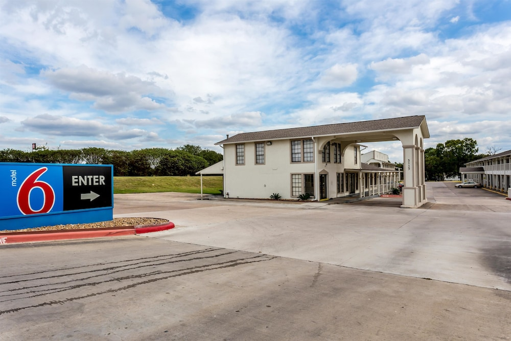 Front of Property, Motel 6 Bryan, TX - College Station