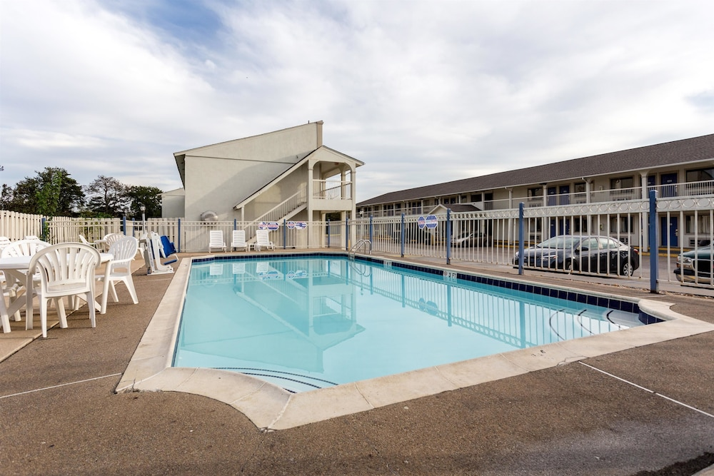 Outdoor Pool, Motel 6 Bryan, TX - College Station
