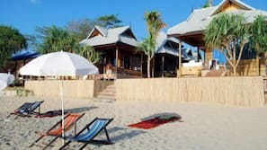 Ubicación a pie de playa, tumbonas y sombrillas