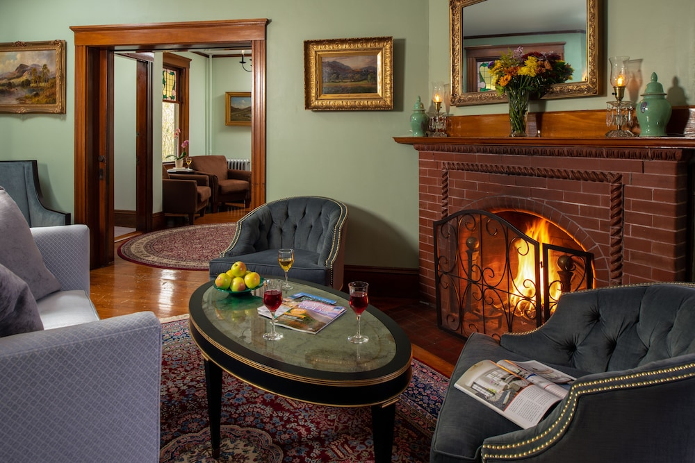 Lounge, The Palmer House Inn