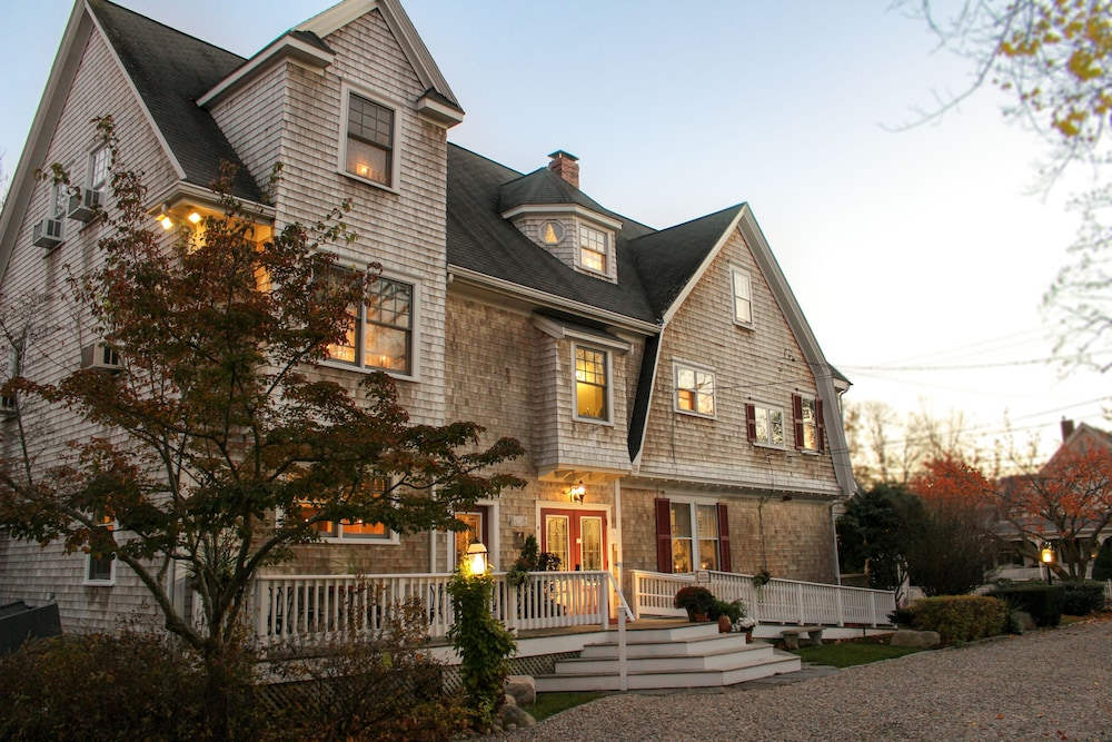 Front of Property - Evening/Night, The Palmer House Inn