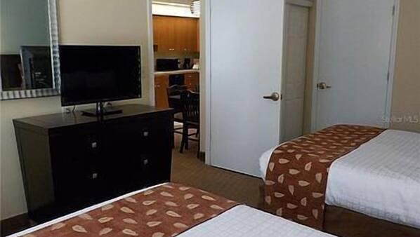 2 quartos, escrivaninha, ferros/tábuas de passar roupa, berço de viagem