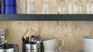 Kjøleskap, kaffetrakter/tekoker, vannkoker og kjøkkenutstyr