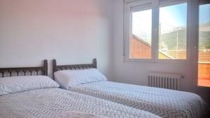 5 bedrooms, desk