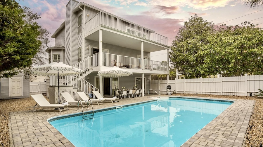 Dolphin in Destin With 6 Bedrooms and 4 Bathrooms