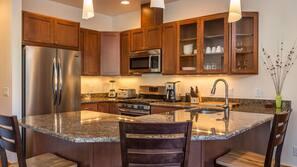 Een koelkast/vriezer, een magnetron, een oven, een kookplaat