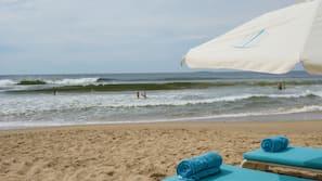 Beach nearby, free beach shuttle, sun-loungers, beach umbrellas