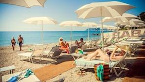 Una spiaggia nelle vicinanze, lettini da mare, ombrelloni