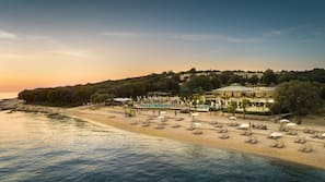 Am Strand, Liegestühle, Volleyball, Kajakfahren