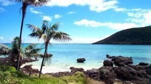 Rannalla, valkoista hiekkaa, rantapyyhkeitä