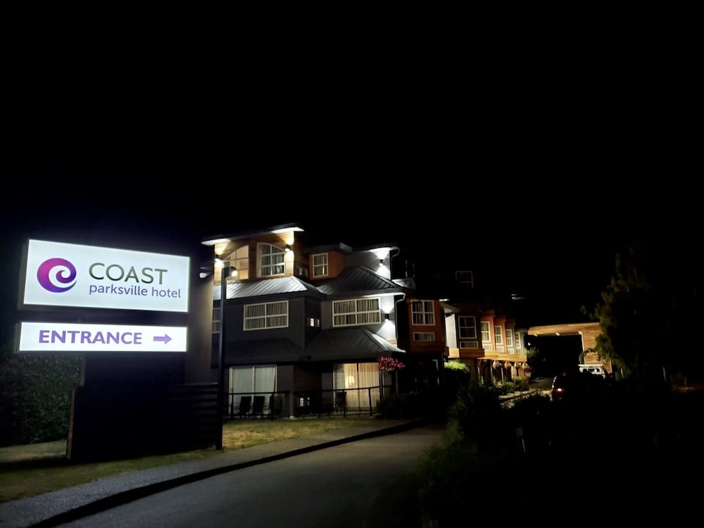 Front of Property - Evening/Night, Coast Parksville Hotel