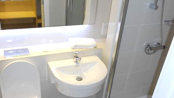 Dusj, kostnadsfrie toalettartikler, hårføner og håndklær