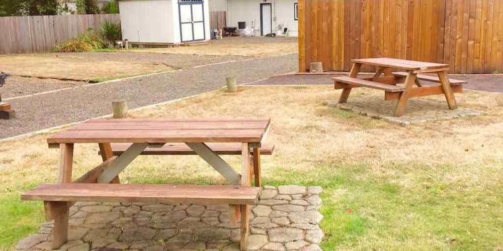 BBQ/Picnic Area, Ocean Breeze Motel