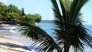 In Strandnähe, weißer Sandstrand, Strandtücher