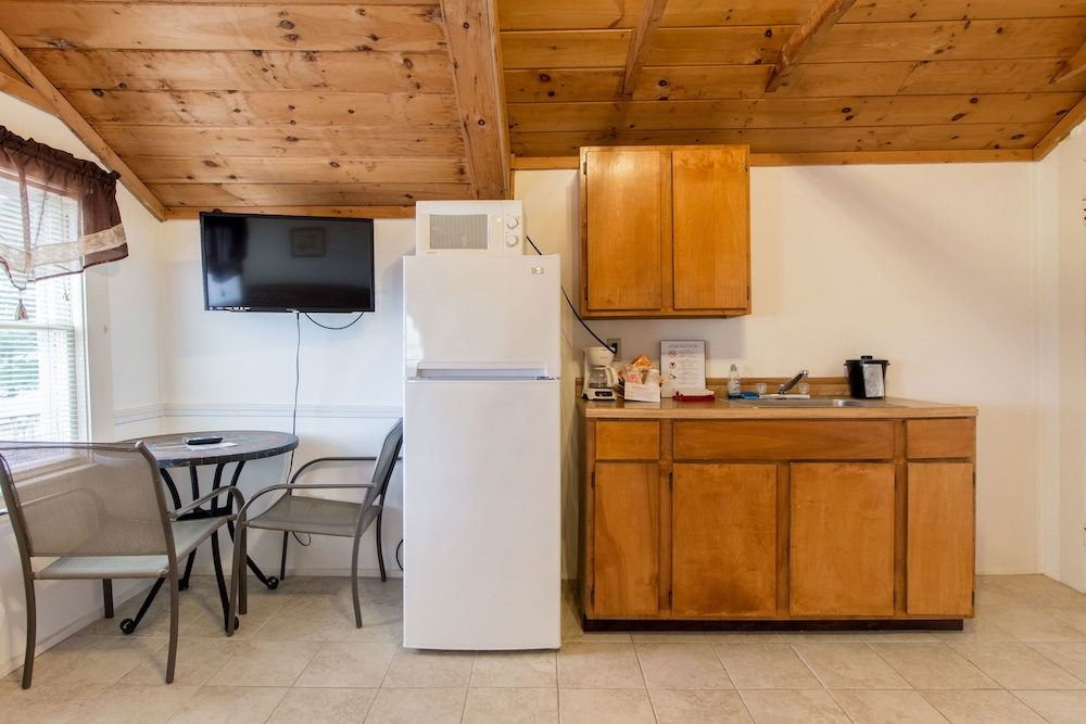 Private Kitchenette, Half Moon Motel & Cottages