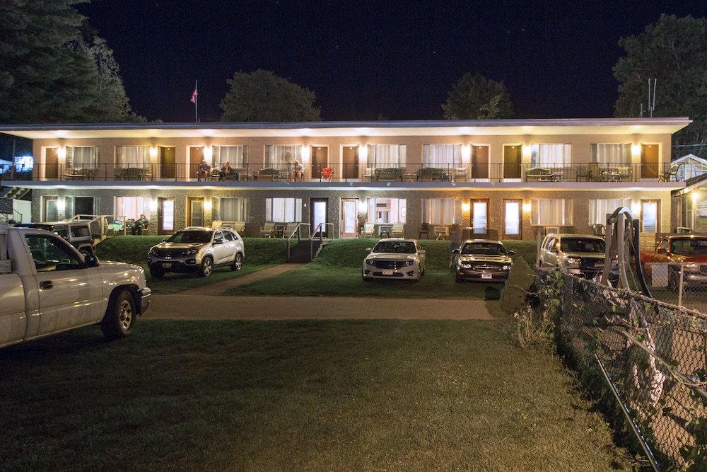 Front of Property - Evening/Night, Half Moon Motel & Cottages
