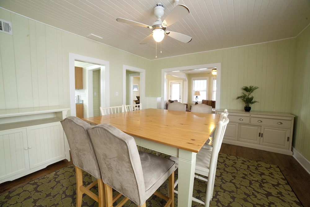 In-Room Dining, Desoto Beach Terraces