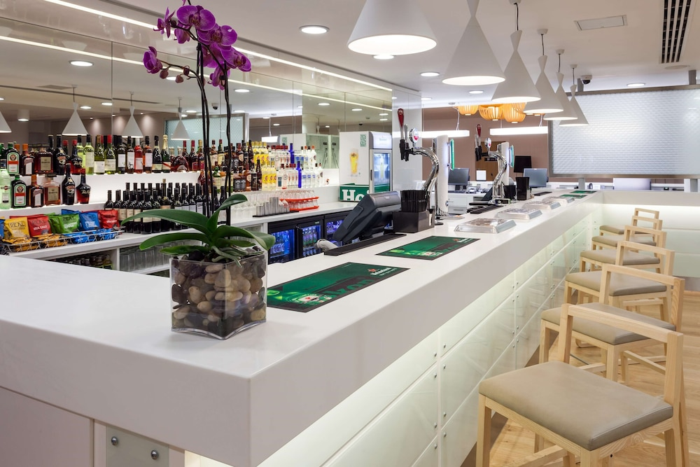 Bar, Hampton by Hilton London Gatwick Airport